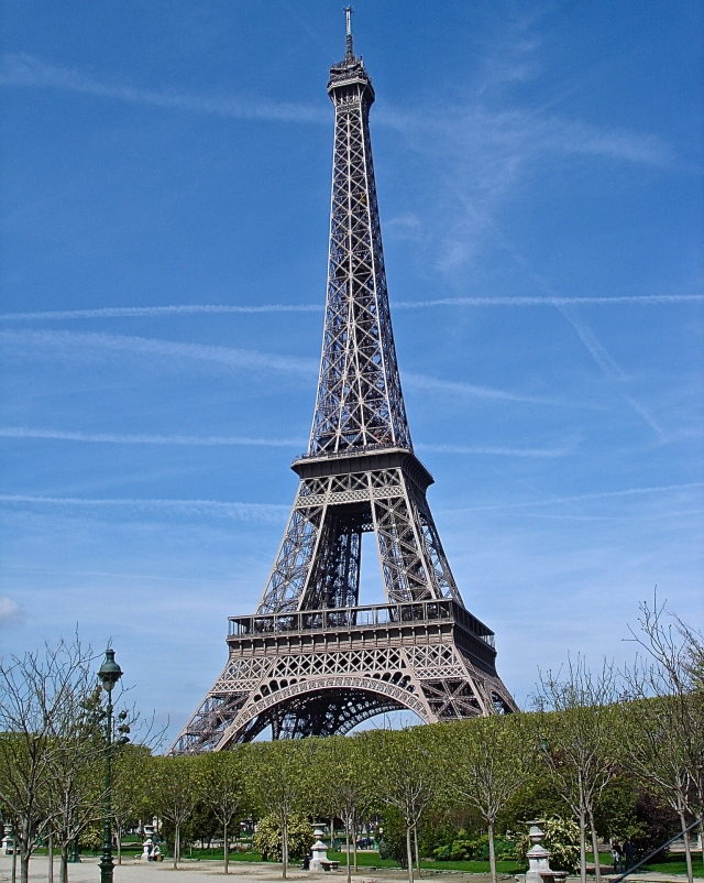 A Park Bench Close To The Eiffel Tower Would Be A Great Place For A Picnic