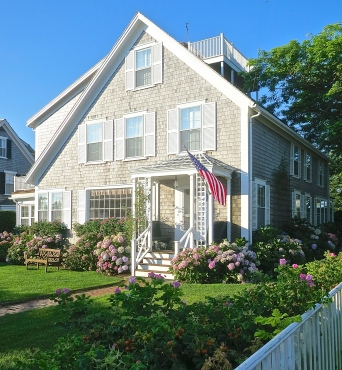 Nantucket Cottage With Beautiful Perennial Flower Beds