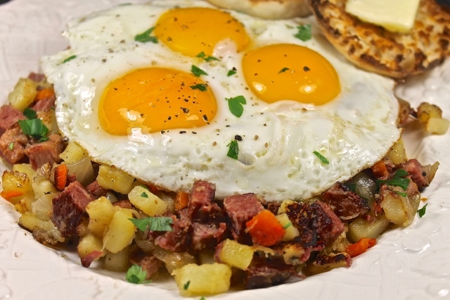 corned beef has with fried eggs