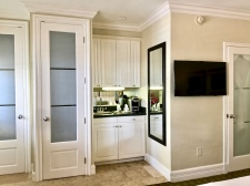 King Deluxe Poolside Room Wet Bar
