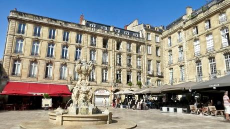 fullsizeoutput_1a2c La Place du Parlement