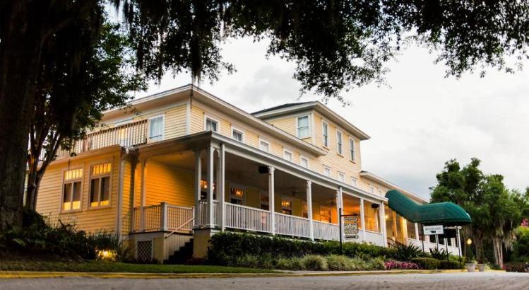 the historic lakeside inn